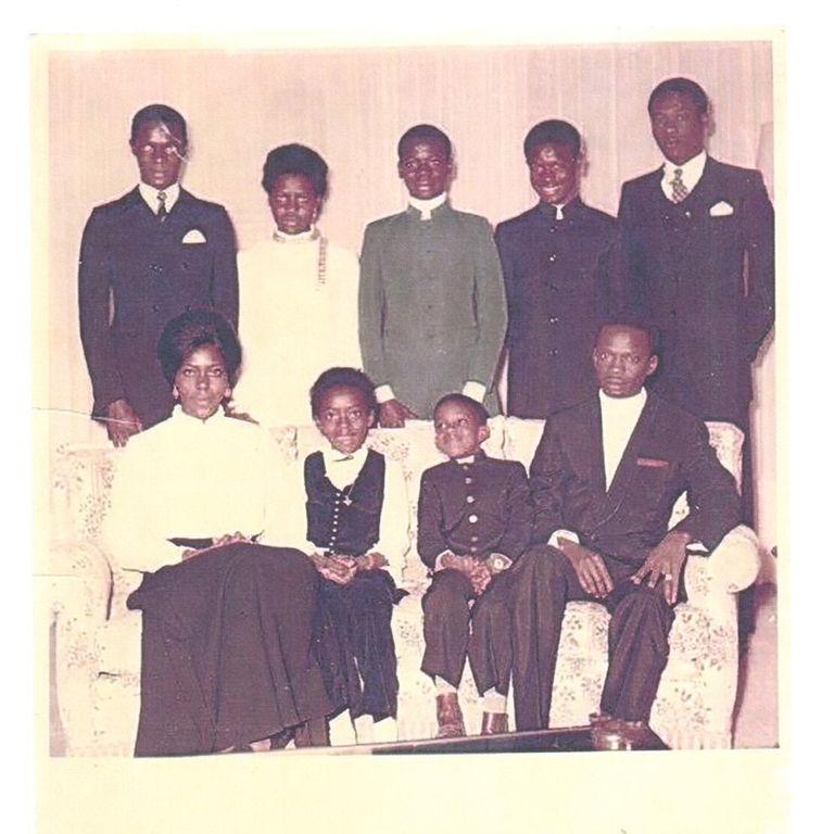 Noël 1968, le petit Tidjane est assis sur le canapé au centre.