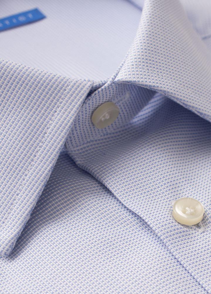 Un petit motif comme celui-ci est facile à assortir avec tous vos costumes et vos cravates. Il apparaît uni dès qu'on s'éloigne un peu et apporte une touche de subtilité quand on se rapproche.