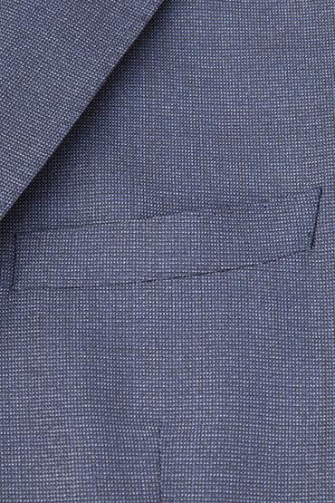 Si se limiter au bleu marine vous paraît un peu triste, n'hésitez pas à jouer avec des tissus plus texturés, comme ce beau bleu chiné (Crédit : Bonne Gueule)