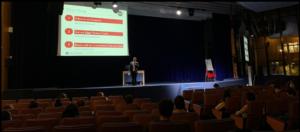Photo prise depuis le public d'une conférence AlumnEye au sein de l'amphithéâtre de l'ESSEC