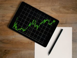 Tablette avec un graphique vert sur fond noir
