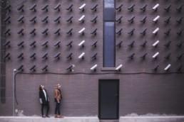 Murs remplis de caméras de surveillance dans la rue