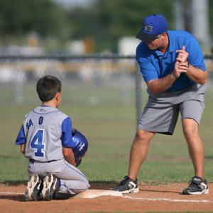 Entraîneur de baseball avec un jeune joueur