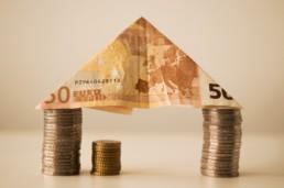 Maison faite en billets et en pièces de monnaie