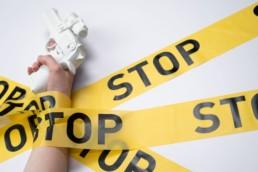 Pistolet en plastique blanc bloqué par bandes de police jaunes