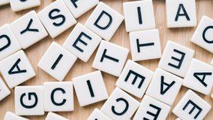 Lettres de Scrabble éparpillées sur une table
