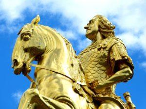 Statue dorée : chevalier sur son cheval
