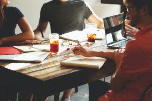 Réunion de travail autour d'une table