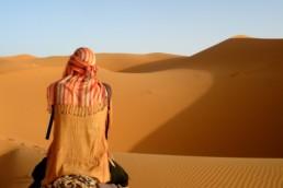 Personne à dos de chameau dans le désert