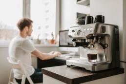 Stagiaire derrière la machine à café
